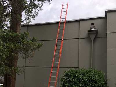 Extension ladder to roof